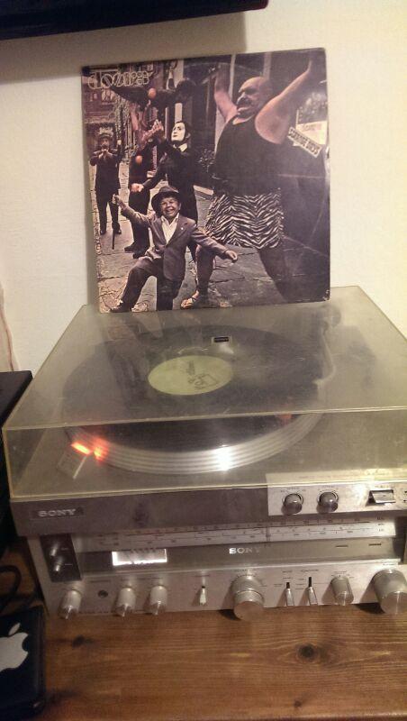 פטיפון ותקליט של להקת הדלתות